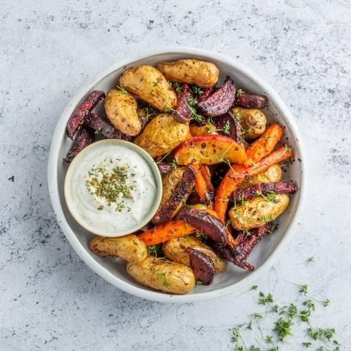 Verduras al horno con dip de crema agria