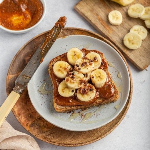 Tostada dulce con mantequilla de cacahuete y plátano