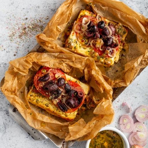 Paquetes de verdura y queso feta a la parrilla