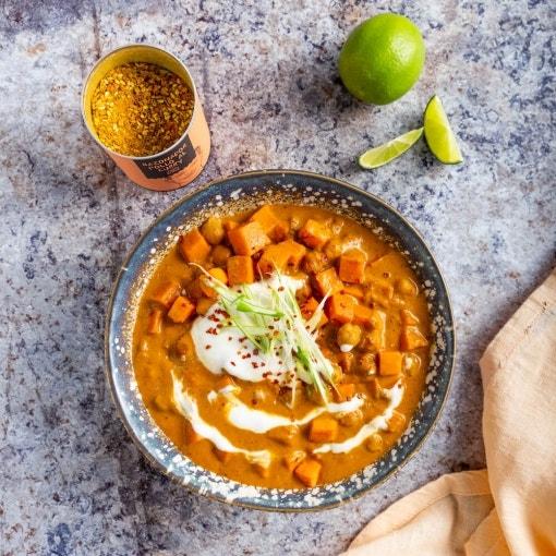 Curry rápido de boniato y garbanzos con yogur y cebolleta