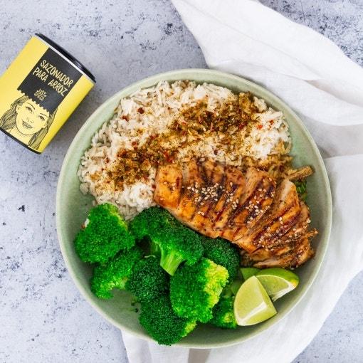 Bowl de arroz con pollo a la soja y brócoli a la plancha