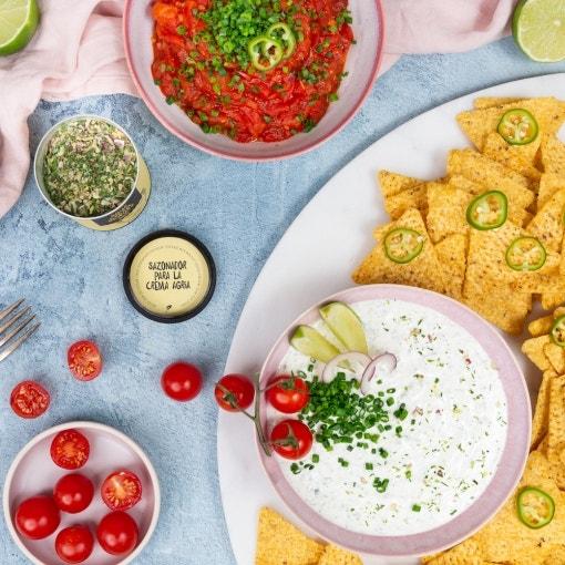 Nachos con crema agria y salsa de tomate