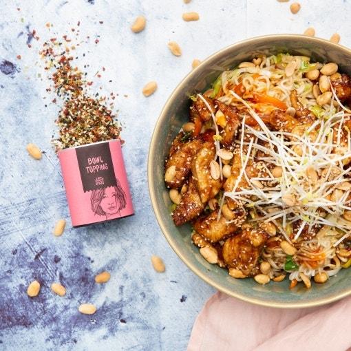 Wok bowl con pollo y cacahuetes