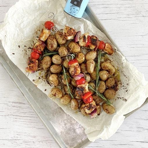 Brochetas de pollo con patatas al horno